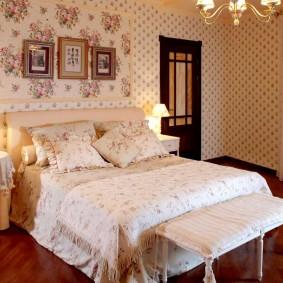 Светлые обои в спальне с деревянным полом
