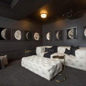 Освещение гостиной комнаты с темным полом