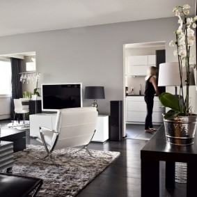Гостиная комната с напольным покрытием темного оттенка