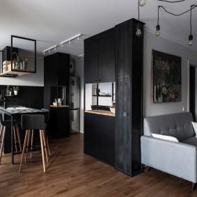 Небольшой диванчик у стены в однокомнатной квартире