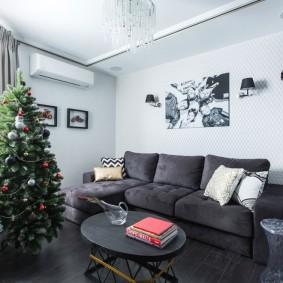 Кожаный диван в гостиной с новогодней елкой