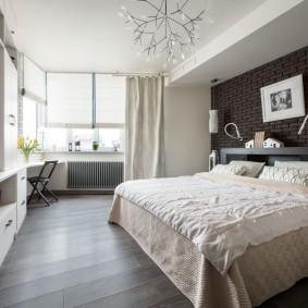 Спальная комната с рабочим местом у окна