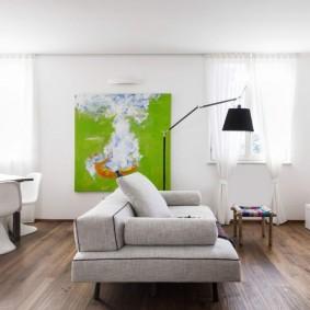 Зеленая картина на белой стене