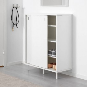 Белая обувница с раздвижными дверцами