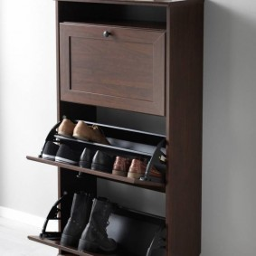 Высокий шкаф для хранения обуви в коридоре