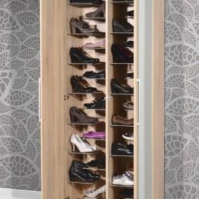 Вместительный шкаф для обуви с распашными створками