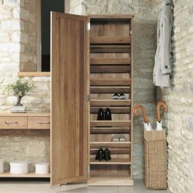 Шкафчик для размещения обуви в прихожей с каменной отделкой