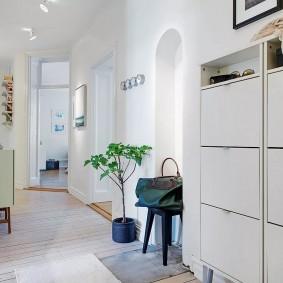 Светлый коридор в трехкомнатной квартире