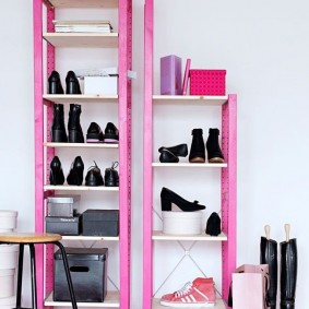 Розовая этажерка для обуви в коридоре