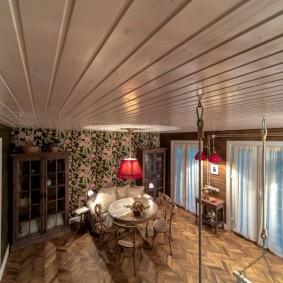 Евровагонка на потолке квартиры в кирпичном доме
