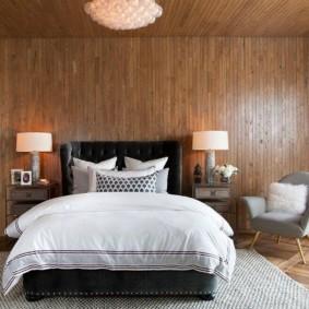 Обшивка деревом потолка спальной комнаты