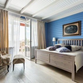 Синяя вагонка в спальне с балконом