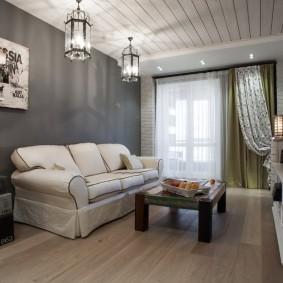 Белые чехлы на диване в гостиной