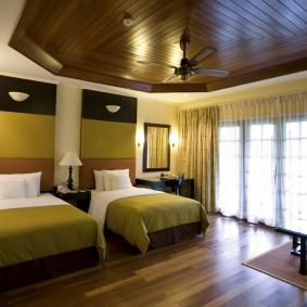 Деревянный потолок в спальне для двоих детей