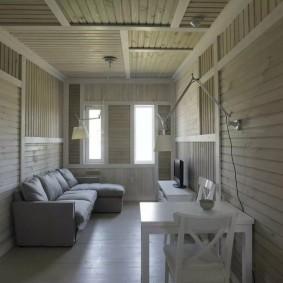 Узкая гостиная с деревянной обшивкой