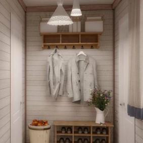 Открытая вешалка на стене в прихожей