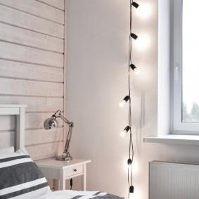 Гирлянда с открытыми лампочками на стене спальни