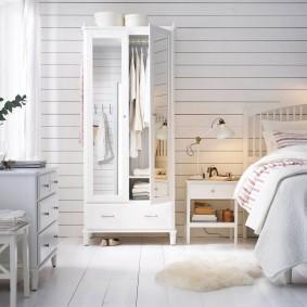 Распашной шкаф с узкими дверками
