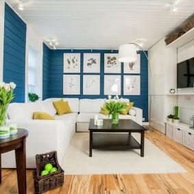 Белый диван в небольшой гостиной
