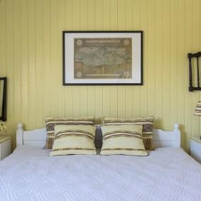 Светло-желтая вагонка за спинкой кровати