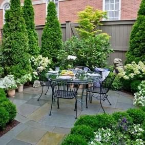 Садовая мебель на площадке для отдыха