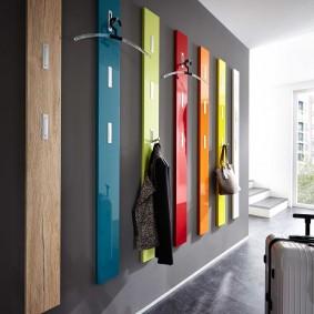 Настенная вешалка из разноцветных панелей