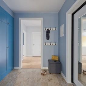Встроенная мебель с фасадами синего цвета
