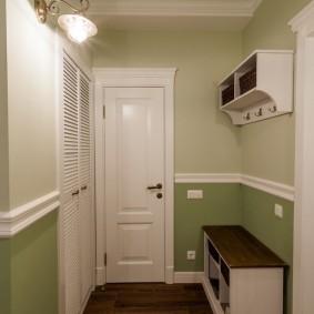 Двухцветная окраска стен в прихожей комнате