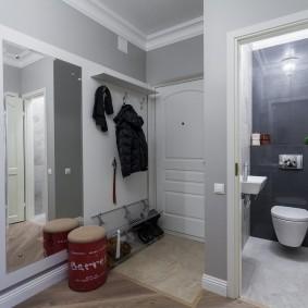 Большое зеркало в прихожей городской квартиры