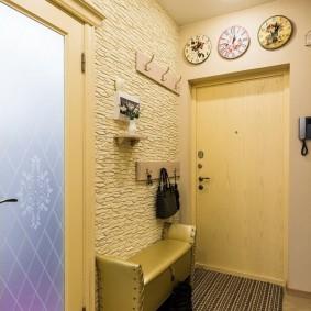Светло-желтая дверь в прихожей трехкомнатной квартиры