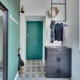 Подвесная вешалка над обувницей в коридоре