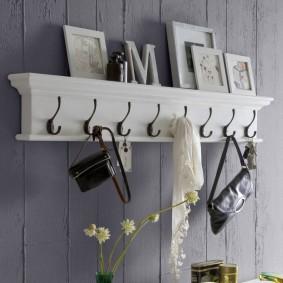 Белая вешалка с полочкой для декора