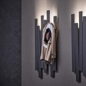 Вешалка с подсветкой на стене в прихожей