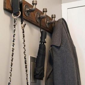 Крючки из фитингов на вешалке для одежды
