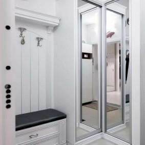 Угловой шкаф с зеркальными дверцами