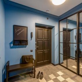 Синие стены в прихожей с зеркальным шкафом
