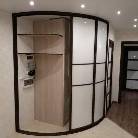 Встроенный шкаф-купе радиусного типа в прихожей