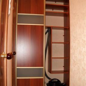 Встроенный шкаф-купе с местом для пылесоса