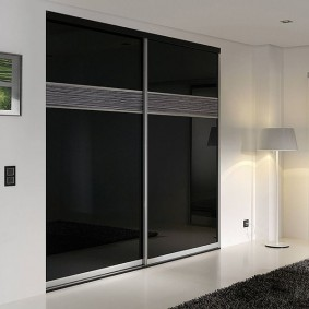 Черные створки купейного шкафа в нише стены прихожей