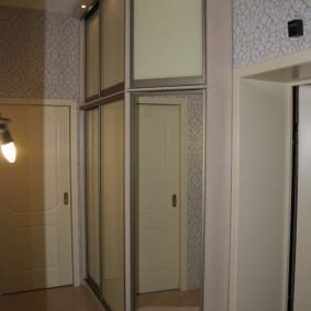 Шкаф-купе до потолка в коридоре квартиры