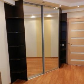 Трапециевидный шкаф с зеркальными дверями
