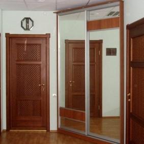 Зеркальный шкаф треугольной формы