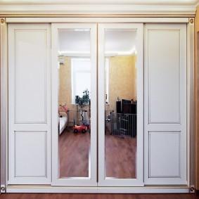 Встроенный шкаф комбинированного типа для прихожей в стиле классики