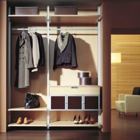 Вешалки для верхней одежды в купейном шкафу