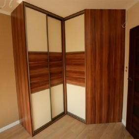 Г-образный шкаф-купе для просторной прихожей