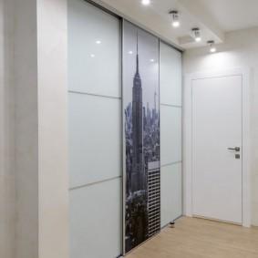 Накладные светильники над шкафом в коридоре