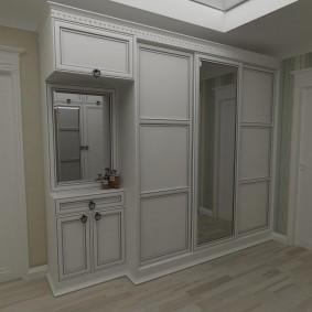 Фасады цвета слоновой кости на мебели в коридоре