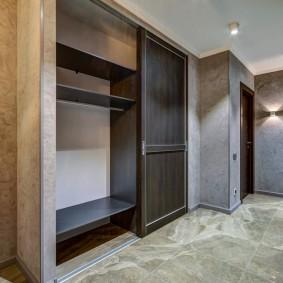 Раздвижные двери на шкафу в коридоре