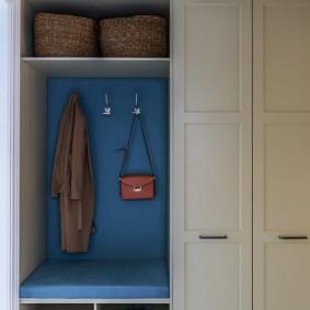 Комбинированный шкаф в стене прихожей