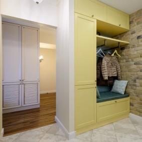 Светло-желтый шкаф в нише стены прихожей